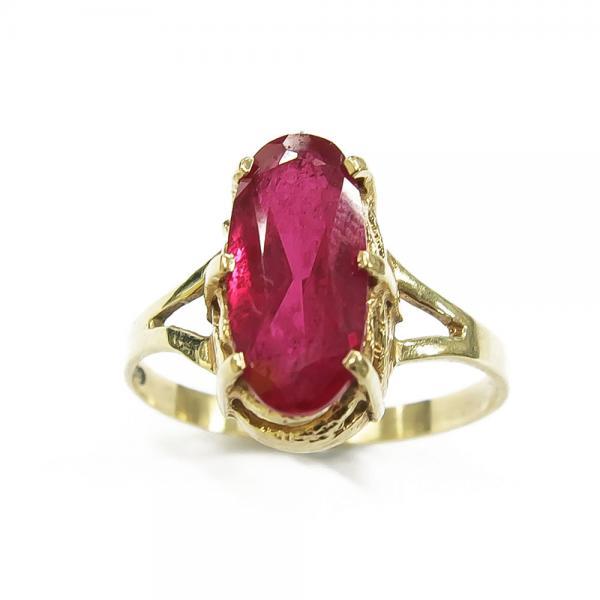 Punainen kivi sormuksessa